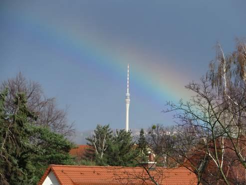 Fernsehturm unter dem Regenbogen