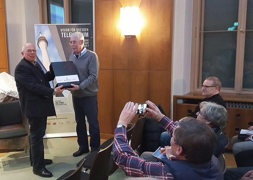 """Eberhard Mittag vom Fernsehturm Dresden e.V. überreicht Herrn Prof. Lux eine Sonderedition """"Vision für Dresden - Televersum"""""""